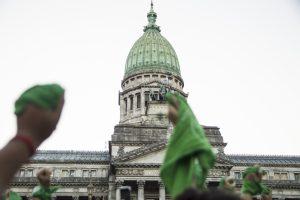 Congreso Nacional y pañuelos verdes alzados en el aire
